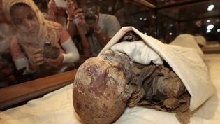 Des personnes prennent des photos des restes momifiés de la reine Hatchepsout en 2007 au musée du Caire. Photo d'illustration. (CRIS BOURONCLE / AFP)