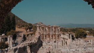 France 2 est allée sur les traces de légendes et trésors du Proche-Orient, à travers des lieux chargés d'histoire. Zoom sur la cité déchue d'Éphèse, en Turquie, un site richissime qui s'est mystérieusement vidé de ses habitants. (FRANCE 2)
