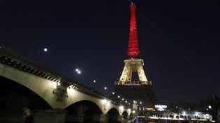 La Tour Eiffel aux couleurs de la Belgique, mardi 22 mars, après les attentats qui ont frappé Bruxelles. (PHILIPPE WOJAZER / REUTERS)