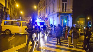 Des passants à proximité des lieux où s'est déroulée une opération anterroriste, à Verviers (Belgique), le 15 janvier 2015. (CHRISTIAN KERF / CITIZENSIDE.COM / AFP)