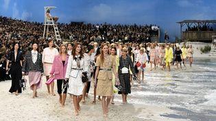 Chanel a encore frappé fort cette année en installant une plage artificielle au coeur du Grand Palais de Paris.  (Bertrand GUAY / AFP)