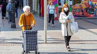 Dans les rues de Dublin deux jours avant le confinement général décrété le 27 mars 2020 pour lutter contre l'épidémie de coronavirus en Irlande. (PAUL FAITH / AFP)