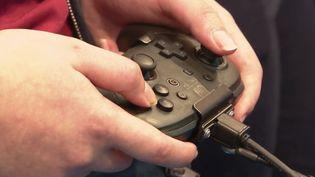 Une manette de consolepour jouer aux jeux vidéo. (France 2)