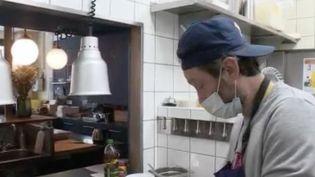 Pour soutenir les soignants faisant face à l'épidémie de coronavirus, plusieurs restaurants s'activent pour les soutenir en livrant des repas adaptés. (FRANCE 3)