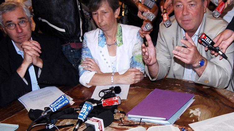 La veuve du juge Borrel, Elisabeth (au centre) et ses avocats, Olivier Morice (à droite), et,Laurent De Caunes (à gauche), lors d'une conférence de presse, le 13 juin 2007, à Paris. (MIGUEL MEDINA / AFP)