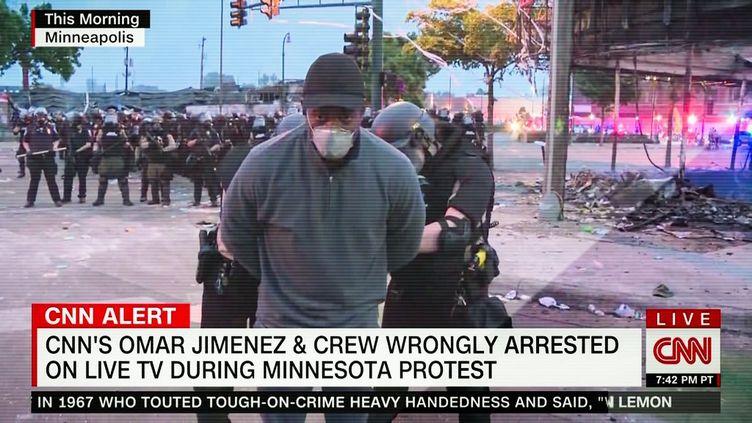 Le journaliste de CNNOmar Jimenez arrêté en direct par la police lors d'une manifestation à Minneapolis (Minnesota), le 29 mai 2020. (DAVID HIMBERT / HANS LUCAS / AFP)