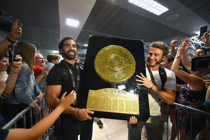 Yoann Huget et son coéquipier Maxime Médard célèbre le titre de champion de France en 2019. (REMY GABALDA / AFP PHOTO)