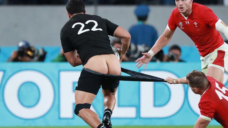 Le joueur néo-zélandais Anton Lienert-Brown tente d'échapper à la défense galloise, le 1er novembre 2019. (DAISUKE TOMITA / YOMIURI)