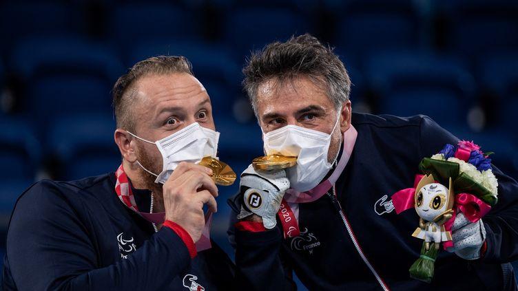 Nicolas Peifer etStéphane Houdetsavourent leur médaille d'or remportée aux Jeux paralympiques de Tokyo, le 3 septembre. (PHILIP FONG / AFP)