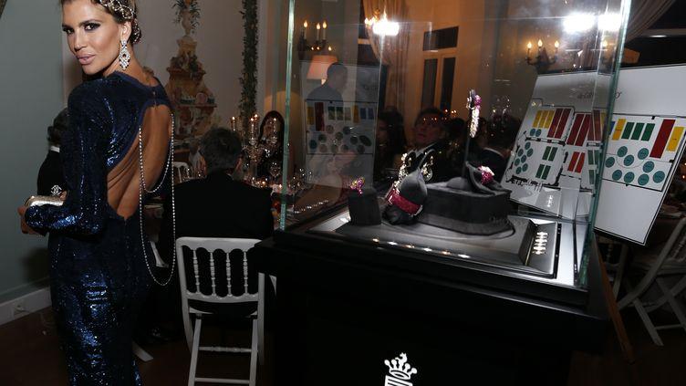 Des bijoux du joaillier suisse De Grisogono exposés dans une vitrine lors d'une soirée de gala, le 21 mai 2013 à l'hôtel Eden Roc au Cap d'Antibes (Alpes-Maritimes). (VALERIY LEVITIN / RIA NOVOSTI / AFP)