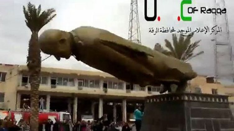 Pour marquer cette victoire des rebelles syriens, une statue de Hafez Al-Assad, prédécesseur et père de l'actuel président Bachar Al-Assad, a été détruite, selon une vidéo mise en ligne par des militants. (YOUTUBE)