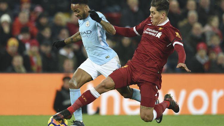 Raheem Sterling au duel avec Firmino, l'une des oppositions à distance entre Manchester City et Liverpool (OLI SCARFF / AFP)