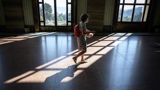 Une femme porte un masque à Genève, en Suisse, le 16 septembre 2020. (FABRICE COFFRINI / AFP)