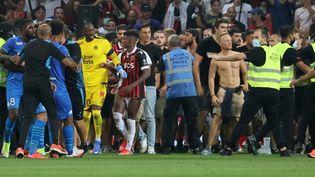 Des supporters tentent d'envahir le terrain pendant le matchde Ligue 1 entre l'OGC Nice et l'Olympique de Marseille au stade Allianz Riviera à Nice, le 22 août. (VALERY HACHE / AFP)