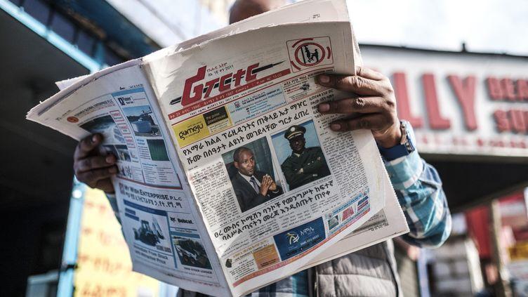 """UnEthiopien lit,le 24 juin 2019, le journal """"The Reporter"""", qui dresse les portraits deAmbachew Mekonnen et du général Seare Mekonnenassassinés deux jours auparavant. (EDUARDO SOTERAS / AFP)"""