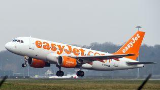 Un avion easyjet décolle de l'aéroport de Lille-Lesquin, le 29 décembre 2014. (PHILIPPE HUGUEN / AFP)