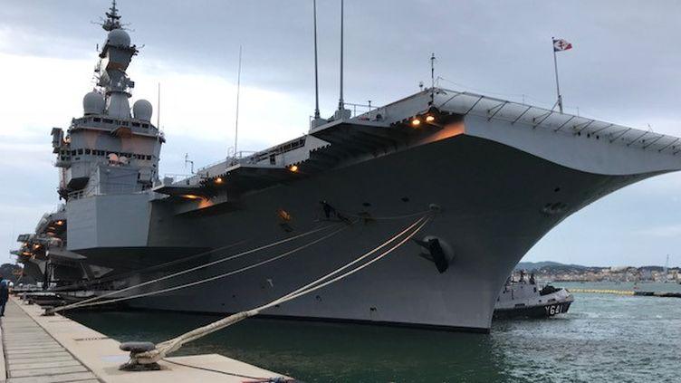 """Le porte-avions """"Charles de Gaulle"""" prêt à appareiller, Toulon, le 21 janvier 2020. (CHRISTELLE MARQUÈS / RADIOFRANCE)"""