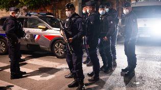 La police sécurise le site où un policier a été tué lors d'une opération anti-drogue à Avignon le 5 mai 2021. (CLEMENT MAHOUDEAU / AFP)