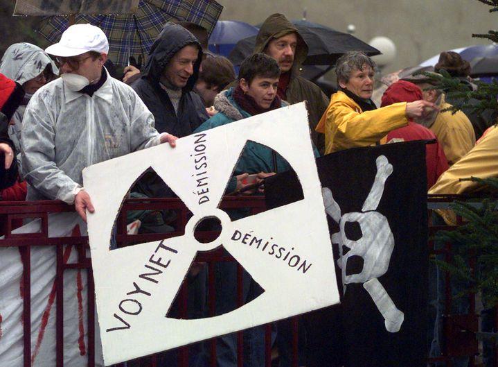 (Les militants antinucléaires manifestent contre le centre d'enfouissement de Bure depuis une vingtaine d'années. En 1998 ils appelaient à la démission de Dominique Voynet, ministre de l'environnement  © Reuters)