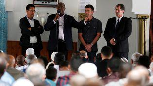 Le pèreAuguste Moanda s'adresse aux fidèles de la mosquée deSaint-Etienne-du-Rouvray (Seine-Maritime), le 29 juillet 2016. (CHARLY TRIBALLEAU / AFP)