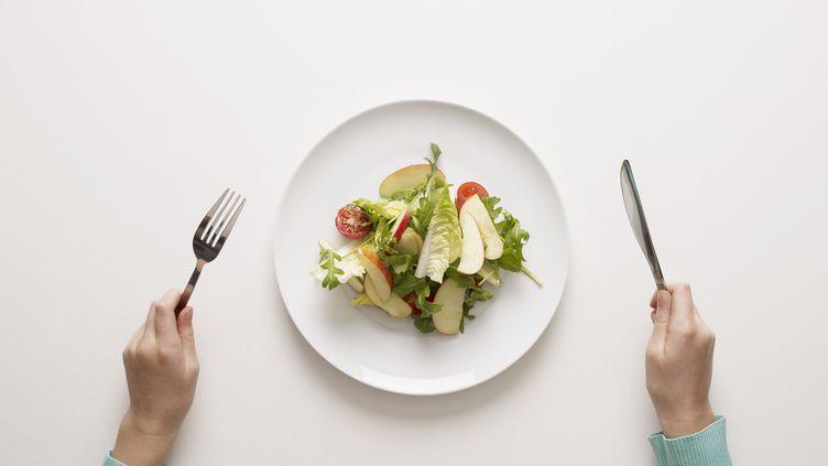 Plus les assiettes sont grandes, plus on est tenté de beaucoup manger. (TIM MACPHERSON / GETTY IMAGES)