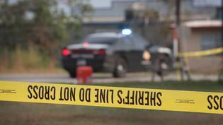 Une voiture de police devant les lieux de la fusillade àSutherland Springs (Texas), le 6 novembre 2017. (SCOTT OLSON / GETTY IMAGES NORTH AMERICA / AFP)