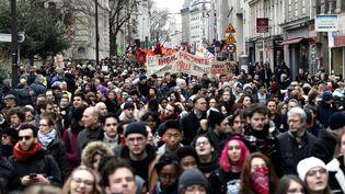 Des personnesmanifestent pour protester contre la série de réformes du gouvernement français, le 22 mars 2018 à Paris. (PHILIPPE LOPEZ / AFP)