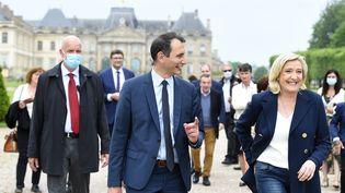 Marine Le Pen et Laurent Jacobelli, candidat aux élections régionales dans le Grand Est, le 8 juin 2021 au château de Lunéville (Meurthe-et-Moselle). (JEAN-CHRISTOPHE VERHAEGEN / AFP)