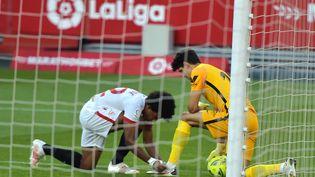 Le Séville FC de Jules Koundé (à gauche) a perdu contre l'Athletic Bilbao, le 3 mai 2021. (CRISTINA QUICLER / AFP)