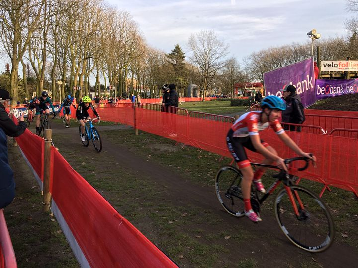 Des coureurs sur la piste du championnat de cyclo-cross à Anvers, le 11 janvier. (CLEMENT CONTE / RADIOFRANCE)