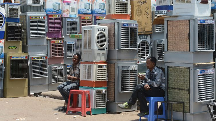 Des commercants vendent des climatiseurs à New-Delhi en Inde, en avril 2014. (RAVEENDRAN / AFP)
