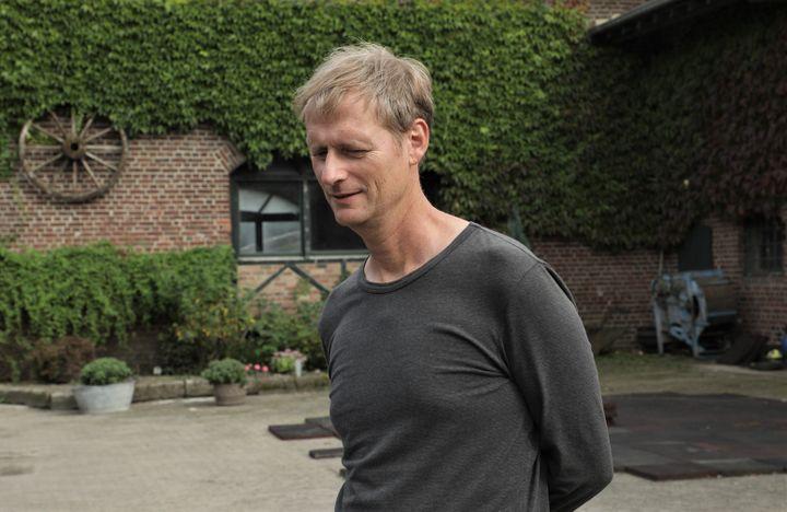 Norbert Winzen, habitant de Keyenberg, dans la cour de la ferme de sa famille, le 13 septembre 2021 à Keyenberg (Allemagne). (VALENTINE PASQUESOONE / FRANCEINFO)