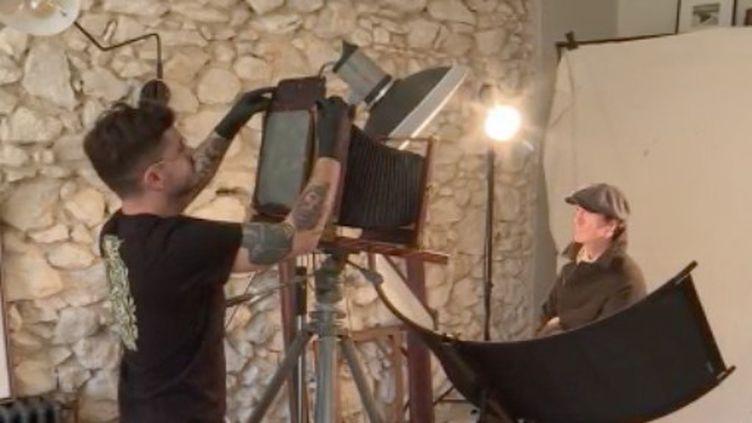 Enzo Lucia,photographe, parcourt la France entière avec son matériel datant de 1910, pour tirer des portraits à l'ancienne. (FRANCE 3)