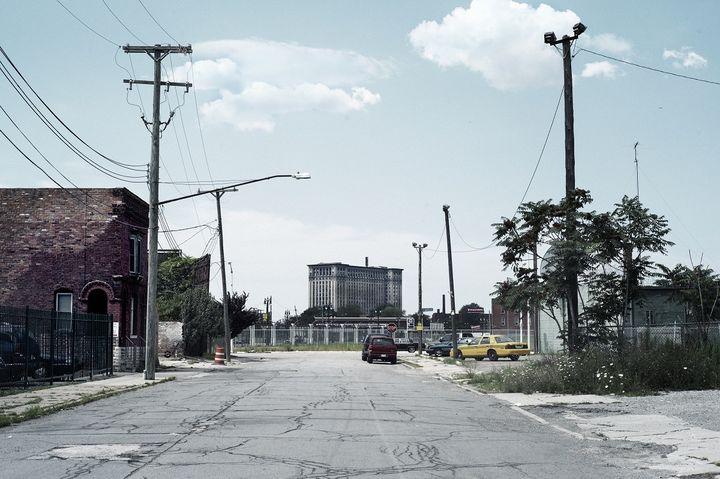 La gare abandonnée de Detroit (au fond), photographiée depuis une rue de la ville. (JON SHIREMAN / THE IMAGE BANK / GETTY IMAGES)