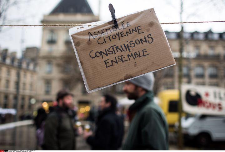 """Une pancarte sur le site de la """"Nuit Debout"""", place de la République à Paris, le 31 mars 2016. (REVELLI-BEAUMONT / SIPA)"""