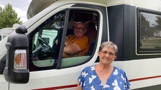 Roselyne et Francis sont deux camping-caristes en vacances dansla réserve naturelle du Val d'Allier. (BORIS LOUMAGNE / RADIOFRANCE)
