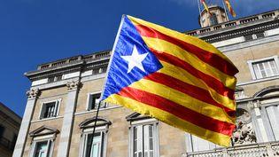 Un drapeau catalan, le 30 octobre 2017, à Barcelone. (ANDREJ SOKOLOW / AFP)