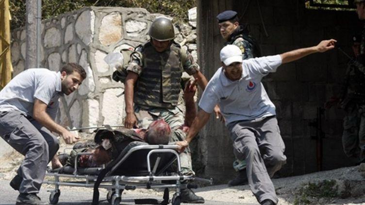 Un soldat libanais est évacué dans le village  d'Aidasseh où ont eu lieu les affrontements - 03/08/10