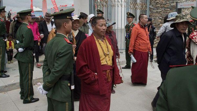 Sécurisation d'une sortie de stade dans la province du Quighai, au Tibet, le 25 juillet 2016. (NICOLAS ASFOURI / AFP)