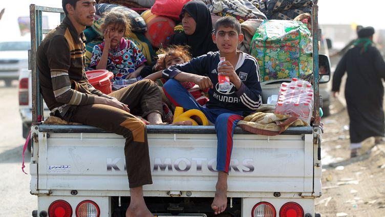 Des milliers de civils fuient les combats autour de Mossoul, comme cette famille, le 27 octobre 2016. (AHMAD AL-RUBAYE / AFP)