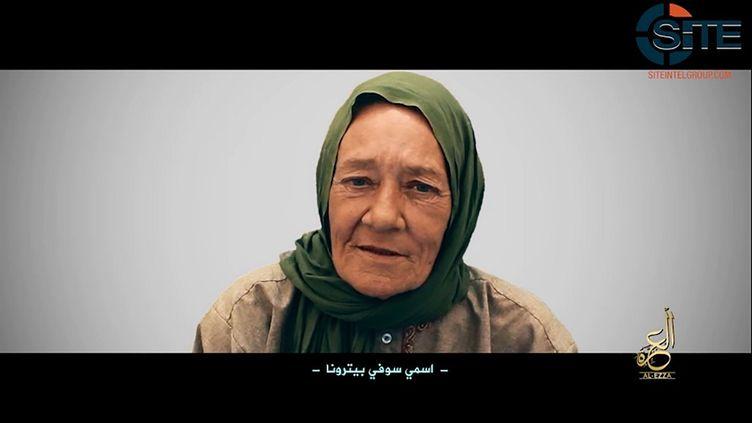 Dans cette capture vidéo réalisée le 2 juillet 2017 à partir d'une vidéo fournie par le groupe de renseignement SITE, on voit la Française Sophie Petronin, alors détenue par la branche malienne d'Al-Qaida. (SITE INTELLIGENCE GROUP / AFP)