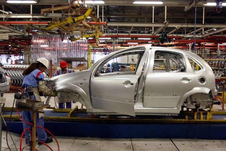 Chaîne de montage à l'usine de PSAPeugeot Citroën à Porto Real (Brésil), sur laquelle le groupe veut s'appuyer pour se développer sur le marché brésilien. (ANTONIO SCORZA / AFP)