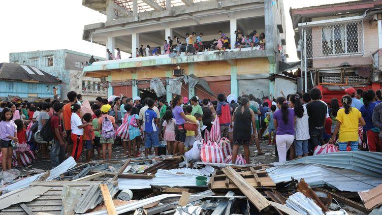 Les sinistrés de Guiuan, à l'est de l'île de Samar (Philippines), le 11 novembre 2013. (TED ALJIBE / AFP)
