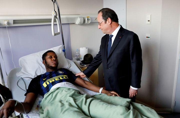 François Hollande au chevet de Théo, le 7 février 2017, à l'hôpital Robert-Ballanger à Aulnay-sous-Bois (Seine-Saint-Denis). (ARNAUD JOURNOIS / LE PARISIEN)