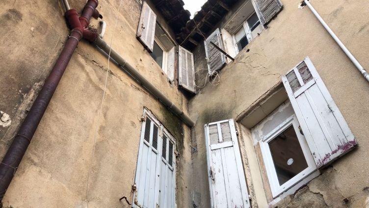La façade sur cour d'un immeuble avenue Zoccola, dans le 15e arrondissement de Marseille, mardi 13 novembre 2018. (MATHILDE GOUPIL / FRANCEINFO)