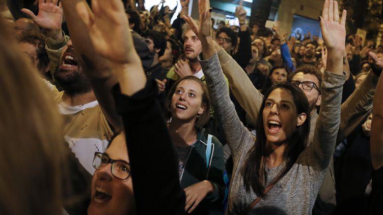 """Les supporters de l'indépendance de la Catalogne fêtent le succès du """"oui"""" près de leur bureau de vote barcelonais, le 1er octobre 2017. (PAU BARRENA / AFP)"""