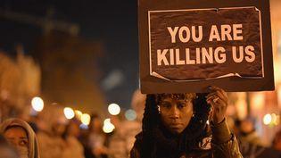 Une manifestante à Saint Louis (Missouri), près de Ferguson, le 25 novembre 2014. (MICHAEL B. THOMAS / AFP)