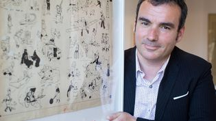 """Eric Leroy, expert de la vente Tintin, 30 avril 2016 présente la double planche de l'album mythique d'Hergé, """"Le Sceptre d'Ottokar"""" (vendue par le chanteur Renaud) adjugée pour 1,046 million d'euros.  ( ROMUALD MEIGNEUX/SIPA)"""