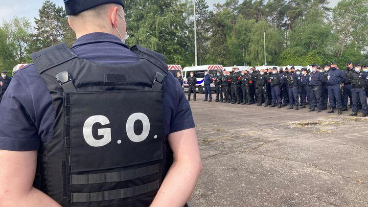 Lecommissaire Olivier Bagousse en plein briefing des équipes, àl'école de police nationale de Oissel (Seine-Maritime), en juin 2021. (MARGAUX STIVE / RADIO FRANCE)