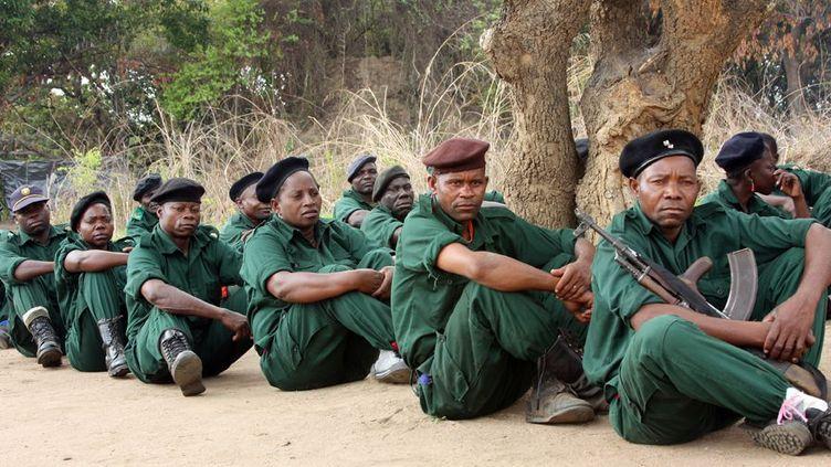 Des combattants de l'ancien mouvement rebelle Renamo dans les montagnes de Gorongosa (centre du pays), le 8 novembre 2012. Les hommes d'Afonso Dhlakama ont gardé leurs armes depuis l'accord signé avec le gouvernement en septembre 2014. (Photo AFP/Jinty Jackson)
